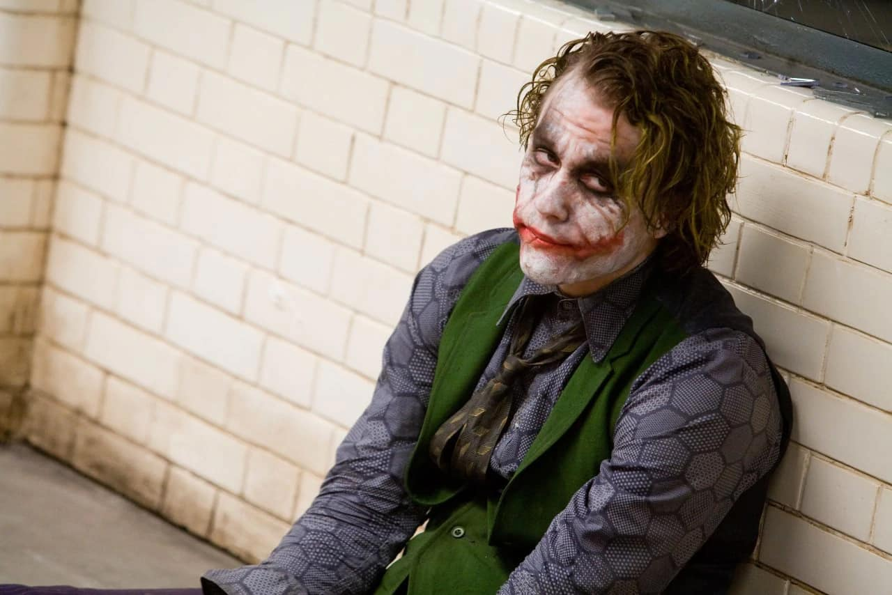 christopher nolan linear storytelling in the dark knight due to the chaos role of the joker versus batman